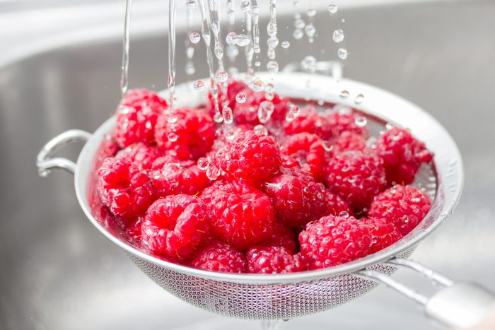 how to clean fruits and vegetables _ washing berries