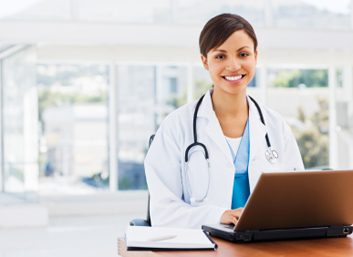 Naturopath in front of a computer