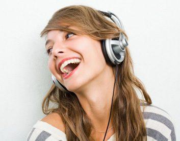 musicwomanlisteninglaughsmile