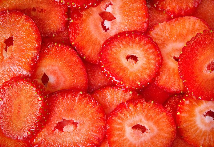 23-kitchen-shortcuts-egg-slicer-strawberries