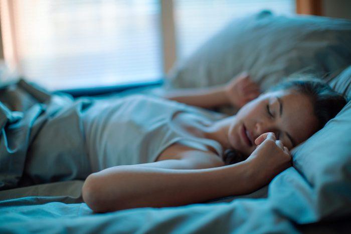 07-ways-body-reacts-binge-eating-sleep