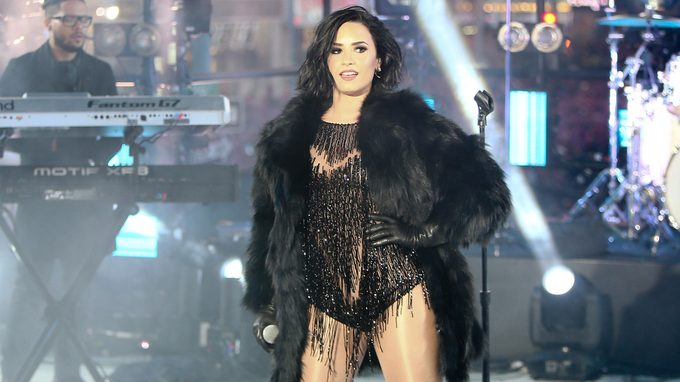 Demi Lovato detox: the singer performs recently on stage