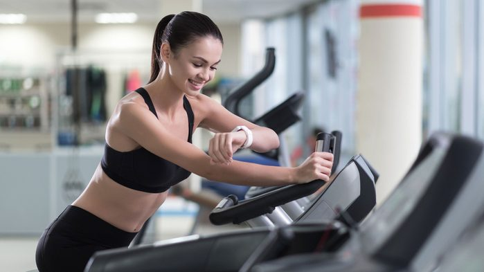 spinning mistakes not challenging: woman smiling and not sweating after her spin class