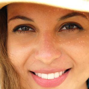 mineral sunscreen woman with sun hat
