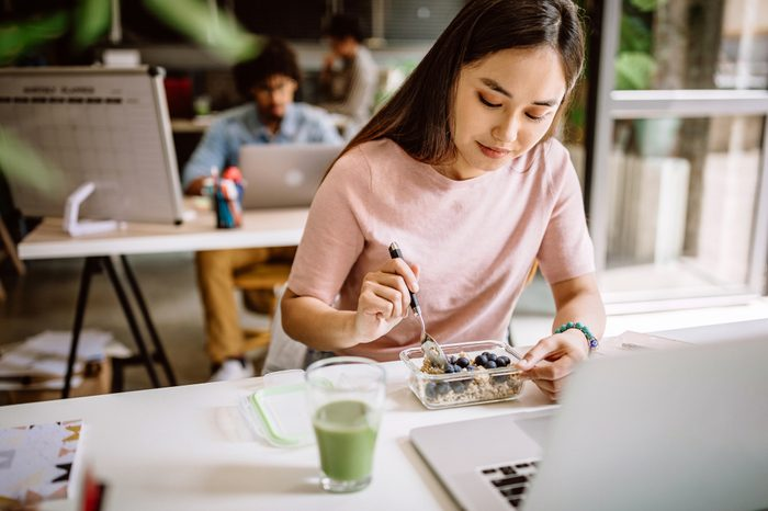 Gluten-free Diet   Celiac Disease   Gluten sensitivity   Gluten Intolerance   Young woman eating lunch at work