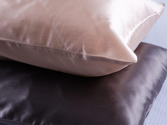 Pillows,in,silk,pillowcases,closeup