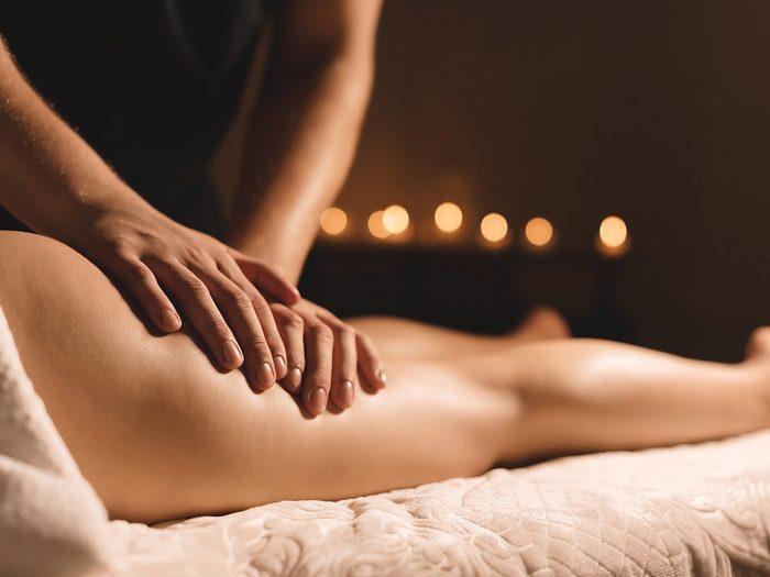A,masseur,in,a,dark,room,does,a,hip,massage